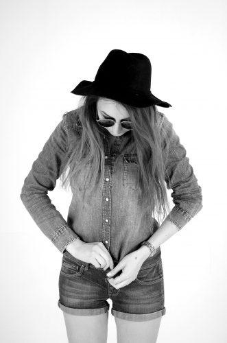 Фотосессия на заказ, идеи для фотосессий, фотосессия в студии, грандж, Grunge, черная шляпа, чб