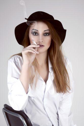 Женский портрет, сигарета, девушка с сигаретой, черная шляпа