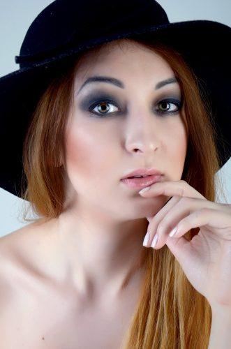 Женский портрет, черная шляпа, смоки айс