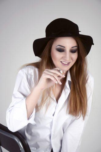Фотосессия на заказ, идеи для фотосессий, фотосессия в студии, грандж, Grunge, девушка с сигаретой, черная шляпа